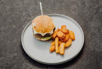 Beef Burger mit Piementos de Padron Salsa und Fries