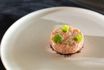 Tartare de saumon sur pain pumpernickel selon Fabian Raffeiner