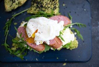 Wurst mit Egg Benedict und Scone