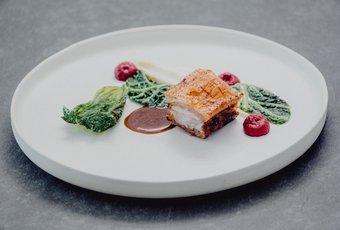 Poitrine de porc Luma avec deux sortes de choux, mousseline de céleri-rave et betterave rouge