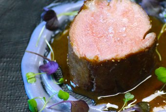 Pluma de porc avec purée de pomme de terre Bleue et sauce montée au beurre