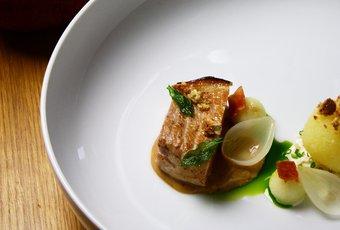 Kotelett mit Klössen und Speckkraut an Calvadossauce