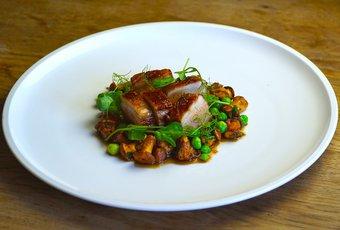 Pork Bauch mit Pfifferlingen & Erbsen
