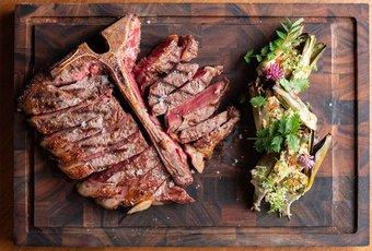 Steak Porterhouse de bœuf Charra et artichauts marinés par Felix Kattchin