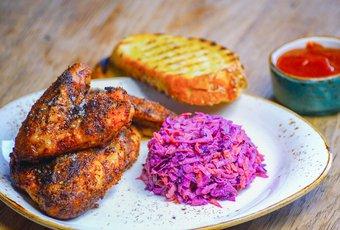 Chicken Wings mit Coleslaw & Gewürzketchup