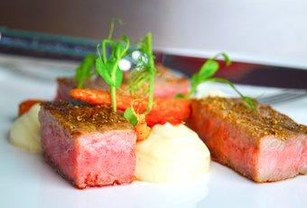 Original Japanese Wagyu oder Kobe Beef Striploin mit Selleriepüree und Karotten