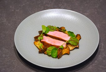 Parisienne de veau suisse avec pleurotes, purée de patate douce et sauce montée