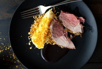 Lamm Gigot mit Kartoffel-Mousseline und Macadamia-Krümeln an einer Schwarzbier-Balsamico-Sauce